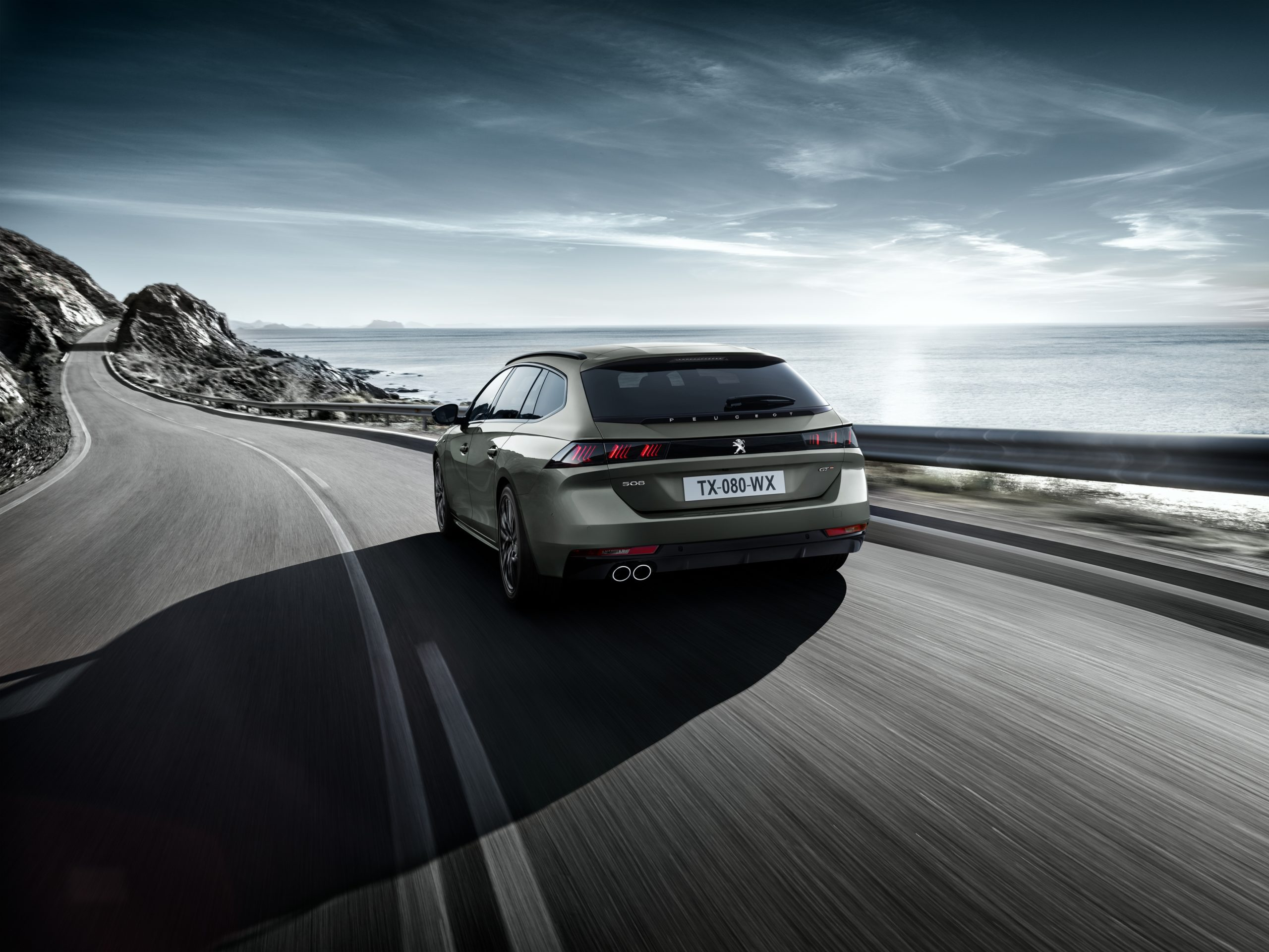 Relax and enjoy the drive with the Peugeot 508 SW
